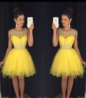 achat en gros de robes de cocktail jaune pour pas cher-2016 Nouveaux jaunes courtes Homecoming Robes Sheer Crystals Neck perles Tulle Mini Modest Prom robe Formatura curto Cocktail Robe pas cher