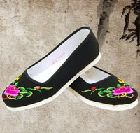 Wholesale old Beijing shoes shoes slip on driving large size flat spring female mother embroidered shoes