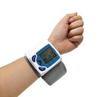 al por mayor hogares de cuidado de la salud-Venta al por mayor de la muñeca-probador de la presión arterial del LCD digital de pantalla del golpe de corazón del monitor de pulso Medidor Home Health Care 1pcs Medida Esfigmomanómetro