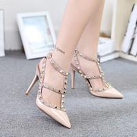 Precio de Las mujeres atractivas de oro-2016 mujeres atractivas de la manera punteó los zapatos de los estiletes del remache del dedo del pie sandalias de los cequis de las bombas de los zapatos de los altos talones señora