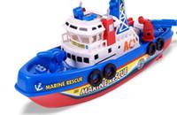 Los juguetes eléctricos modelo 2016 nuevos calientes extraños para los niños Las luces de la música del barco de bomberos rociarán con el envío libre del tesoro del email en el agua