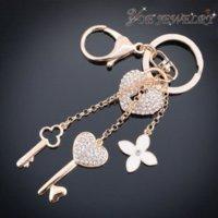 Vente en gros Porte-clés Mode voiture Accessoires Gold Heart Keychain Pour clé Femme Classique Fleur de cristal Keychain Porte-clés