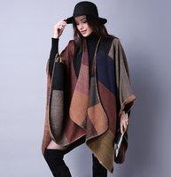 El nuevo diseño de la nación europea tradicional de las mujeres de la capa del otoñal y del invierno envuelve la capa de la manera La capa de la bufanda más gruesa rajó