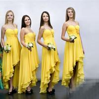 Precio de Sin tirantes damas de alta-baja de vestir-2017 Moda Alto Bajo la dama de honor vestido amarillo moldeado sin tirantes de gasa de las flores más nuevos vestidos del partido vestido de festa de casamento B011