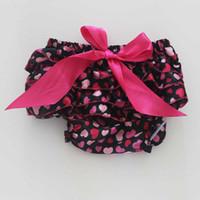 Venta al por mayor rosa Bloomer bebé de la colmena del corazón para las muchachas de las muchachas de la tarjeta del día de San Valentín de las bragas del bebé Toddle la cubierta recién nacida del pañal del Bloomer del satén