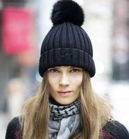 achat en gros de vraies femmes chapeaux de fourrure-M6 UK Populaire Mode populaire chapeaux véritable fox et lapin fourrure chapeau pom pom-ball laine tricoté beanie ski hiver femmes cadeau de Noël