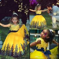 al por mayor vestido del desfile de niñas pequeñas de color amarillo-2016 preciosa princesa vestido amarillo de las muchachas de flor vestidos de bola con corta las mangas del casquillo del cuello barco hinchadas de la falda de encaje apliques niños pequeños desfile