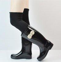 Compra Talón bajo de la pu de los zapatos de las mujeres de goma-Low talones de las mujeres de la marca de lluvia botas de color negro rojo Rainboots rojos con los calcetines antideslizantes de agua de alta calza botas de goma del arco de la hebilla