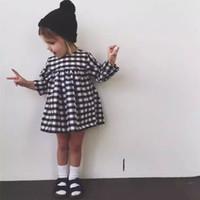 al por mayor negros vestidos de blanco niña-La venta caliente embroma el vestido de partido blanco y negro clásico del vestido del bebé del tutú del vestido de la tela escocesa del nuevo invierno 2016 muchacha de 1-6 años Vestidos
