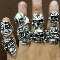 al por mayor encantos gótico mixtos-Cráneo europea gótica tallada anillos del motorista estilos mezclados Finger regalo encantos Declaración joyería del anillo de la banda de punk estilo retro