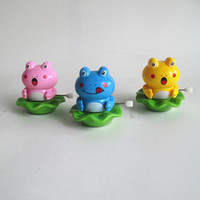 Wholesale whilesale cartoon Clockwork crawling children playing on the toy chain winding chain reptile rotation Froggy