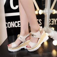 Versión coreana de las nuevas sandalias de cuña Verano Mujer Muffin gruesos tacones Rhinestone Hebilla Word impermeable Taiwán Fish Mouth Shoes