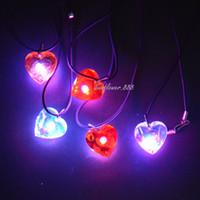 achat en gros de collier pendentif coeur en plastique-Amusant fête favorise clignotant en plastique cœur collier collier d'amour