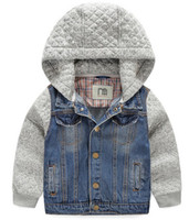 style de bouton veste en jean bleu denim doux après lavage de pierre grise coton tricoté à capuche et manches