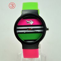 achat en gros de bracelet shiping libre-Mode mélangé des couleurs en silicone montres unisexe silicone hommes marque montre bracelet montre amoureuse sport sport en plastique sans boîte livraison gratuite
