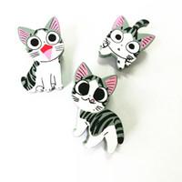 achat en gros de insigne bois-Vente en gros- XT136 Cartoon Cute Badge Naughty Kitten Fortune Cat Kitty Broche en bois Pins Pins de sécurité Jeans Sac Décoration Broches Vente en gros