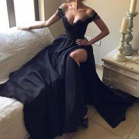 Compra Alfombra roja del hombro fuera-2017 Sexy Deep V cuello de los hombros de encaje Appliques rojo alfombra vestido de noche vestido de satén negro una línea de vestidos de fiesta de baile de la flor por encargo
