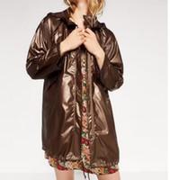 al por mayor trench impermeable-100% poliéster España Mujer Otoño Thin Metal Color Hooded Raincoat Versión suelta Windbreaker Drawstring Cintura Chaqueta Cool Trench Coat S-L