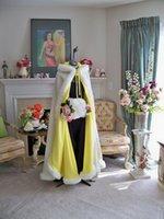 achat en gros de faux jaune manteaux de fourrure à capuchon-2017 hiver Plus Taille Blanc / Ivoire / Jaune Long Faux fourrure cape enveloppe nuptiale Outwear Boléro avec manches à main Trim manteau à capuchon pour la soirée