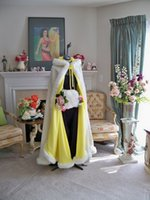 al por mayor imitación de piel amarilla abrigos con capucha-2017 invierno más tamaño blanco / marfil / amarillo Long Faux piel cabo abrigo nupcial Outwear Bolero con manguitos mano Trim abrigo encapuchado para la fiesta de noche