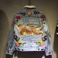 al por mayor flor de las chaquetas de las mujeres-Chaqueta de la mezclilla de las nuevas mujeres de los hombres de la marca de fábrica de la manera del invierno Chaqueta de la manga larga de las mujeres de la mezclilla del tigre de la mariposa de la flor del bordado del estilo