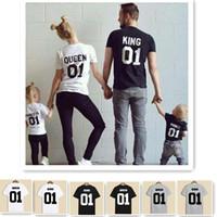 achat en gros de les amateurs d'enfants-2017 Fashion King Queen COTTON T-shirts Noir blanc Unisex Couple Amants Short Sleeve enfants T-shirt parent-enfant attires parentage vêtements