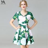 Nueva llegada 2017 mujeres cuello de cuello v mangas cortas impresas plisados verano pista de vestidos florales mini