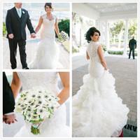 2017 Vestidos de boda atractivos de la sirena del Organza del cuello de la cucharada Las colmenas superiores del cordón acodaron los vestidos de boda nupciales del tren de la corte con los botones