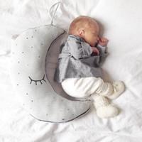 Camas muñeca al por mayor Baratos-Venta al por mayor-Libre relleno de peluche de resplandor en la oscuridad Moon Star Bulb cojín almohada Kawaii juguetes de cama de bebé Decoración muñecas regalos para niños