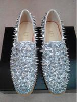 al por mayor los picos de los talones de oro-Los hombres del diseñador de moda resbalón-en los holgazanes platean las lentejuelas de los zapatos del punto y los hombres largos del remache calzan los zapatos bajos del partido zapatos hombres oro