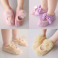 al por mayor encaje de la novedad-Los calcetines lindos de las muchachas de los muchachos de los niños del bebé de la novedad de la manera calzan los mejores zapatos de los calcetines del algodón de los calcetines del arco de la flor del cordón Los niños del calcetín del tobillo visten Lovekiss A104