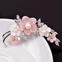 Wholesale Natural freshwater pearl ladies temperament brooch Europe and the United States high end shell flowers fine corsage jewelry coat accessori