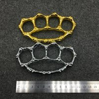 Wholesale Survival refers to the tiger tamper proof boxing button alloy broken window four fingers finger toys Knuckle dusters