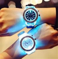 Precio de Gifts-Reloj luminoso del diamante del silicón de la manera del reloj del Rhinestone del diamante del reloj Reloj colorido de las luces del genetín del diamante del silicón de la manera para el regalo de los relojes del cuarzo de las mujeres de los hombres