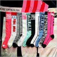 al por mayor calcetines de fútbol de color rosa-Las mujeres VS Pink medias Victoria Knee alta calcetines Moda VS calcetines deportivas Soccer Cheerleaders calcetines de algodón rosa marca pierna calentadores B1949