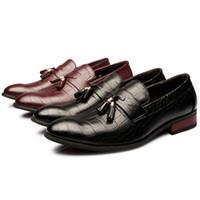 Precio de Los hombres hechos a mano de los zapatos oxford-Hombres hechos a mano italianos señalaron el vestido del dedo del pie los lacayos únicos de la borla del cuero genuino formal con los zapatos del diseñador del arco oxford para los hombres