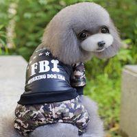 1шт / серия Новое прибытие способа милого собаки любимчика одежда Зимняя одежда пальто новые ФБР свитер собаки две ноги Камуфляж хлопка-проложенный одежды