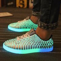 Precio de Snake skin-Los hombres al por mayor-2016 encienden para arriba los zapatos luminosos ocasionales de las mujeres de los zapatos para la piel de serpiente masculina Los hombres que brillan intensamente Zapatos Party Gifts