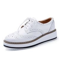 al por mayor pisos plataforma oxford-Mujeres Plataforma Oxfords Brogue Flats zapatos de charol de encaje hasta dedo punta de marca de lujo beige rojo negro rosa Creepers B17021505