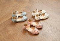Precio de Sandalias de perlas flores-Las sandalias de las muchachas Los niños de la perla huecos florecen las sandalias las muchachas abrochan los zapatos los cabritos las sandalias de cuero de la PU embroma el calzado de la princesa de la playa 6267