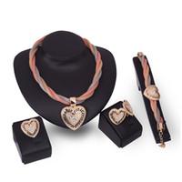 Vente chaude de mariage de femme de femme concepteur de mode diamant cristal de diamant collier pendentif collier boucle d'oreille bracelet anneau 4 pcs set bijoux