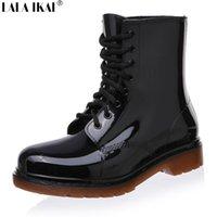 Venta al por mayor-Nueva moda de la vendimia mujeres Martin botas de lluvia de encaje de tacón bajo cuñas Botas de goma para los días de lluvia zapatos de invierno XWN0139-5