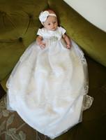 2017 Vintage bebé de lujo de las niñas vestido de bata longitud del piso 0-24 meses vestido de bautizo vestido de encaje de bebé bebé de borde blanco / marfil con la venda