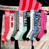 al por mayor rosa rodilla calcetines altos-Las mujeres VS rosa medias rodilla alta calcetines Moda VS calcetines deportivas de fútbol Cheerleaders calcetines de algodón Pink pierna calentadores OOA1485