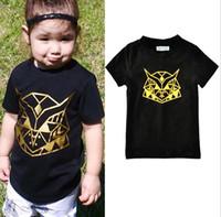 T-shirts manches courtes noires de T-shirts d'enfant de garçon