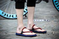 2017 sandalias de los nuevos de la venta de los hombres del verano de las sandalias de los zapatos respirables respirables ocasionales de la playa deslizan los deslizadores suaves de la REGLA de los zapatos cómodos frescos
