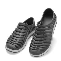 Venta al por mayor-jardín plano ligero hueco-hacia fuera los zapatos de los hombres Nueva moda verano para hombre deslizamiento en el baño respirable sandalias playa sandalias sandalias