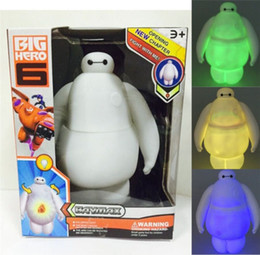 2017 películas de acción 1PCS Big Hero 6 Baymax Robot de juguete muñeca de PVC película de acción figura juguetes de dibujos animados con luz de colores LED en caja al por menor Envío libre películas de acción Rebaja