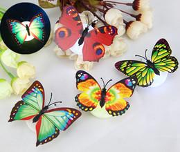 Noche de mariposa en venta-12pcs / lot Sticky mariposa LED que cambia de color Seven Glow fiesta de Navidad de la lámpara de la noche bar de Banquetes Decoración L045