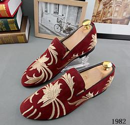 Descuento hombres zapatos nuevos estilos Promoción 2016 nuevos hombres de terciopelo de los hombres de terciopelo Zapatos de la boda del partido Estilo Europa bordados Zapatillas de terciopelo rojo azul Conducir mocasines 229